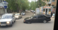 В центре Омска автомобиль провалился в дыру в асфальте (обновлено)