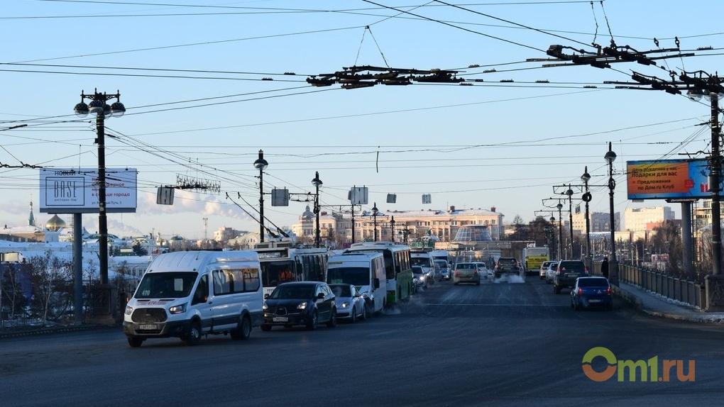 Пробки в Омске в пятничное утро оценили в пять баллов