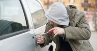 В Омске поймали угонщика после того, как он забуксовал на бордюре