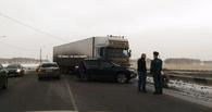 В Омске на путепроводе столкнулись грузовик и кроссовер
