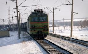 Из грузового поезда под Омском выбросили механика