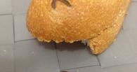 «Ашан» начал расследование из-за железки, найденной омичкой в батоне