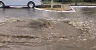 После ливня на дороге в центре Омска забил гейзер