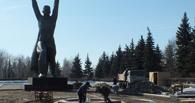 В Омске проверили ход строительства нового Вечного огня в парке Победы