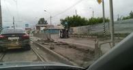 В Омске водитель такси снес ограждение и перевернулся