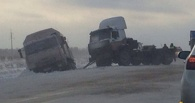 На трассе Омск-Тюмень столкнулись два «КАМАЗа» и трактор