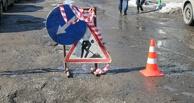 Около 15 машин пострадали из-за огромной ямы на улице Конева в Омске