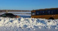 Под Омском иномарка врезалась в школьный автобус (фото)