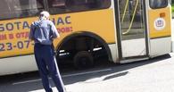В Омске на ходу у автобуса лопнуло колесо