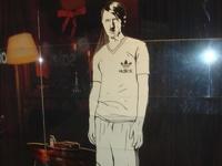 В России на витрину магазина выставили Гитлера в майке Adidas
