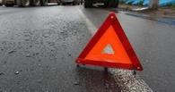 В Омской области иномарка врезалась в грузовик — пострадали три человека