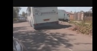 В Омске неисправный автобус пропахал несколько метров асфальта