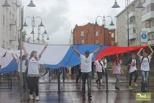 В цвет триколора: по Омску прошла колонна «Бело-сине-красный»