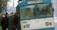В Омске троллейбус с пассажирами провалился в ливневку