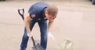 Омич принес к зданию мэрии мешки с прибордюрным мусором