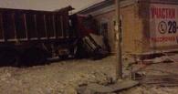 В Омске грузовик раздавил о дом легковушку: два человека погибли
