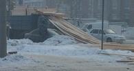 В Центре Омска перекресток засыпало досками