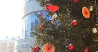 Новогоднюю елку у «Каскада» уже украсили сердечками и цветами