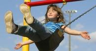 В Омской области 12-летняя девочка сломала руку на качелях