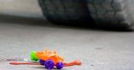 В Омске иномарка сбила девочку во дворе дома