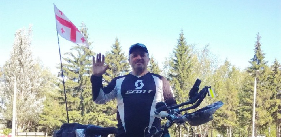 Путешественник из Грузии, следующий из Владивостока в Европу, доехал на велосипеде до Омска