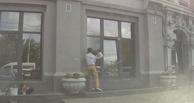 Омича, который расколотил окна мэрии, приведут в суд приставы