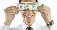 Омич пришел в банк оплатить кредит и получил 15 000 долларов США