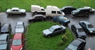 В Омске 60 любителей парковки на газоне заплатили штраф