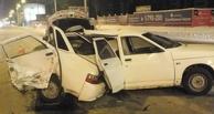 В ночном ДТП в Омске разорвало «десятку». Фото