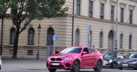 «Бимер» для Барби: из BMW X6 M сделали розового фламинго