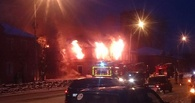 Из-за крупного пожара в центре Омска перекрыли улицу Масленникова (фото)