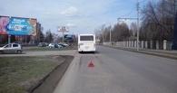В автобус с 30-ю пассажирами въехала иномарка: омичка доставлена в больницу