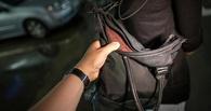 В Омске 50-летняя женщина пыталась отобрать сумочку у девушки