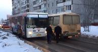 Из-за нечищеной колеи 2 автобуса не смогли разъехаться на узкой дороге