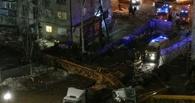 В Екатеринбурге башенный кран рухнул на жилой дом