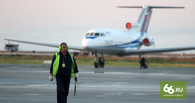В Казахстане самолет приземлился на брюхо без переднего шасси. Видео