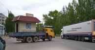 В Омске вывезли продуктовый киоск вместе с продавщицей внутри