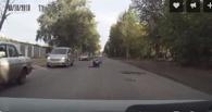 На окраине Омска пьяная женщина отчаянно пыталась переползти дорогу
