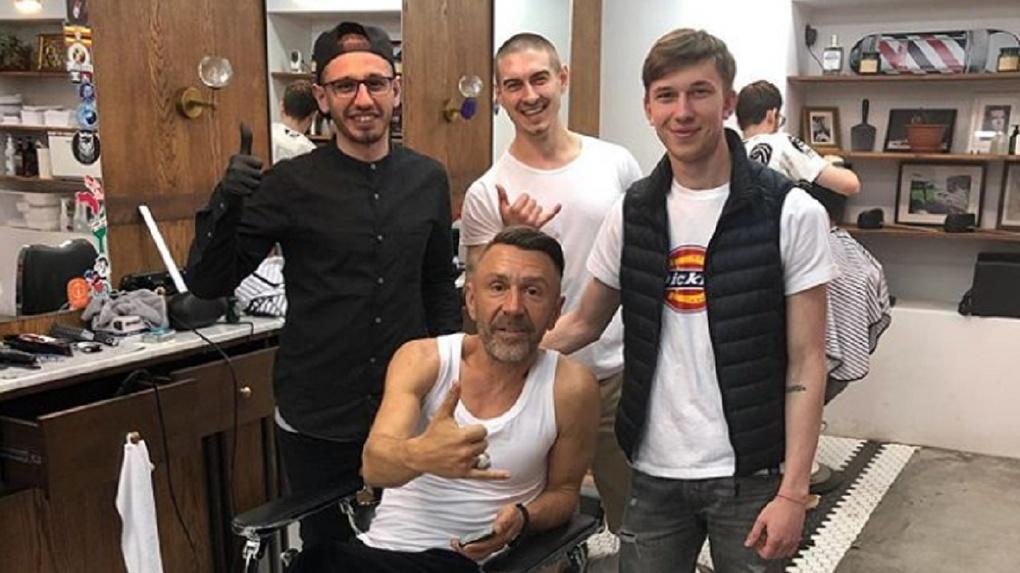 Сергей Шнуров постригся в омском барбершопе и сходил в «Вавилон»: фотоподборка из соцсетей