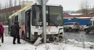 В Омске автобус с 20 пассажирами врезался в столб. Есть пострадавшие (фото)