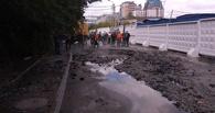 В Омске на улице Щербанева при прорыве теплотрассы залило кипятком «Мицубиси Лансер» (ФОТО)