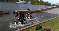 В Омске велосипедисты устроили «заплыв» по затопленной набережной