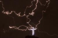 Молния повредила статую Христа-Искупителя в Рио