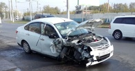 В Омске таксист уснул за рулём и врезался в столб
