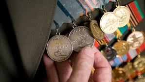 Житель Омской области пойдет под суд за кражу восьми медалей у ветерана ВОВ