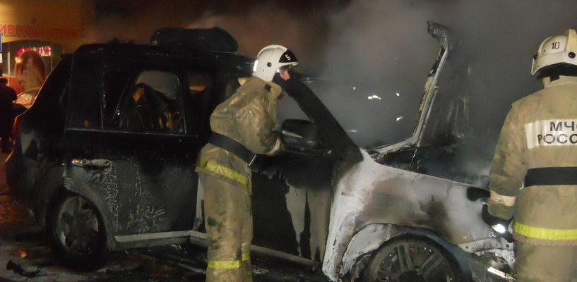 В центре Омска во дворе дома сгорели четыре автомобиля