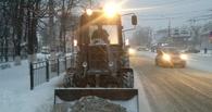В Омске чистят снег даже в час ночи