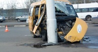 В Омске пьяный водитель маршрутки врезался в фонарь