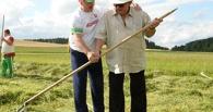Жерар Депардье накосил травы в резиденции Лукашенко и восхитился белорусскими женщинами