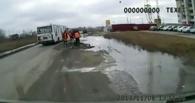 Омич снял на видео, как рабочие в Амуре кладут асфальт в лужу